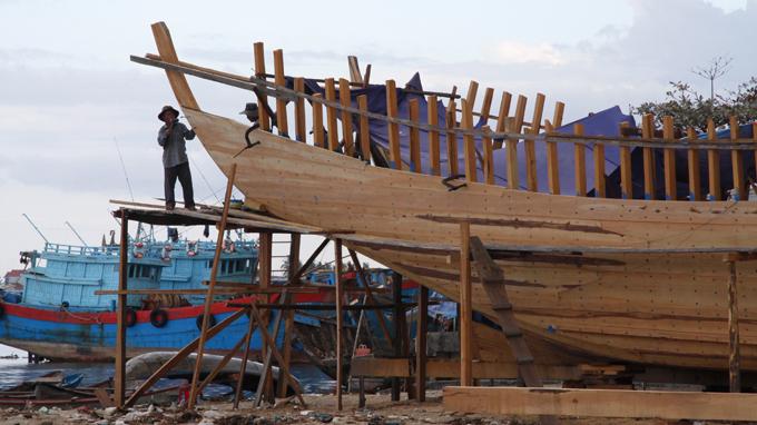Những con tàu ở Cổ Lũy, Quảng Ngãi tiếp tục được đóng mới để ra Hoàng Sa - Ảnh: Quốc Việt