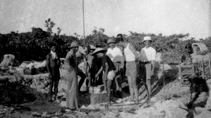 Đào giếng nước ngọt trên quần đảo Hoàng Sa, năm 1938 - Ảnh tư liệu (HỮU KHÁ chụp lại)