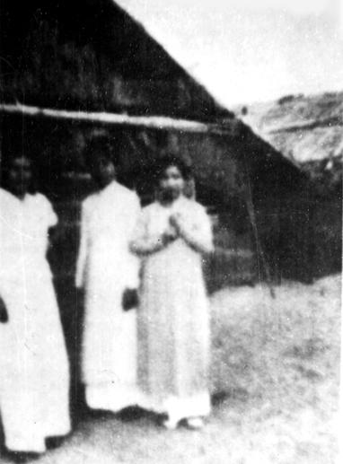 Vợ của các công chức trên quần đảo Hoàng Sa, năm 1940 - Ảnh tư liệu (HỮU KHÁ chụp lại)