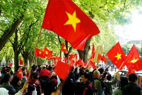 Màu cờ Việt Nam nhuộm đỏ góc phố nơi Đại sứ quán Trung Quốc đặt trụ sở.