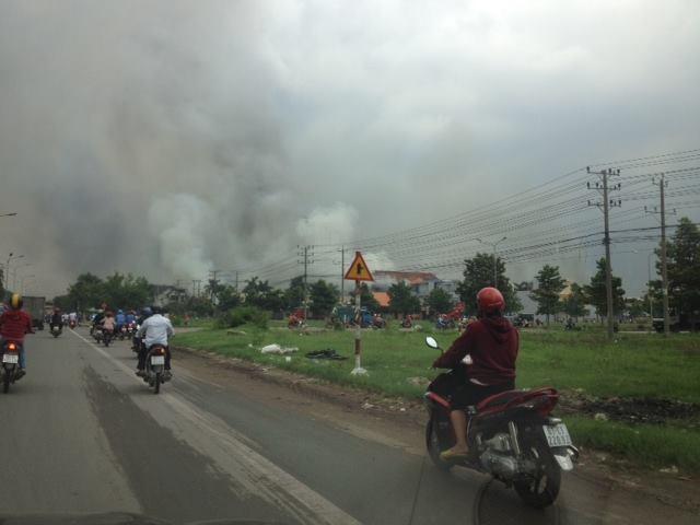 Lúc 10:00 sáng 14-5-2014, Khói lửa vẫn bao trùm nhà máy giày Tân Thành, KCN Sóng Thần, Bình Dương,