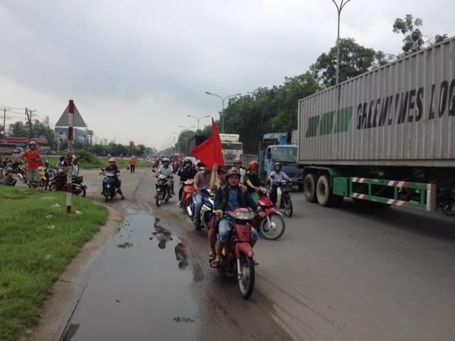 Trong khi đó, hàng ngàn xe máy chở công nhân vẫn rầm rập, đấy phấn khích trên các ngả đường ở các KCN.