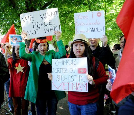 Những biểu ngữ bằng nhiều thứ tiếng kêu gọi Trung Quốc tôn trọng luật pháp quốc tế và gửi gắm thông điệp yêu chuộng hòa bình của nhân dân Việt Nam.