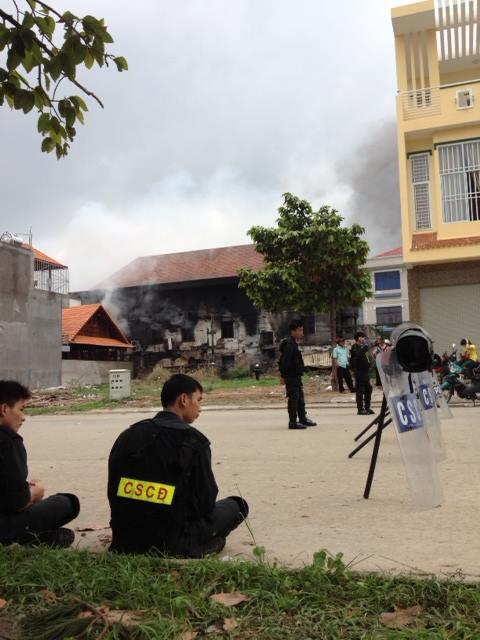 CSCĐ đang bảo vệ hiện trường nhà máy giày Tân Thành. Họ đã ở đây từ 2:00 sáng.