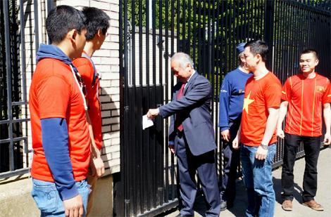 Đại diện đoàn biểu tình gửi kháng nghị thư tới Đại sứ quán Trung Quốc.