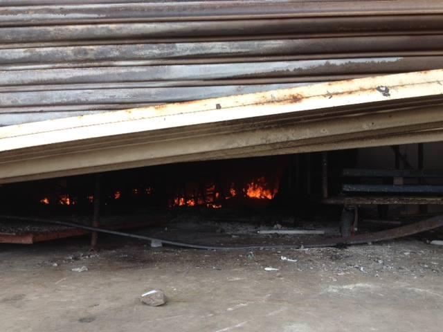 Lửa vẫn cháy bên trong nhà xưởng công ty Chutex lúc 11:30 ngày 14-5-2014.