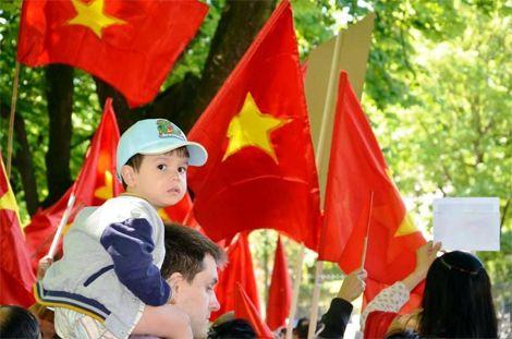 Tham gia cuộc biểu tình không chỉ có người Việt Nam mà còn có không ít người Bỉ và công dân các nước khác ủng hộ Việt Nam.