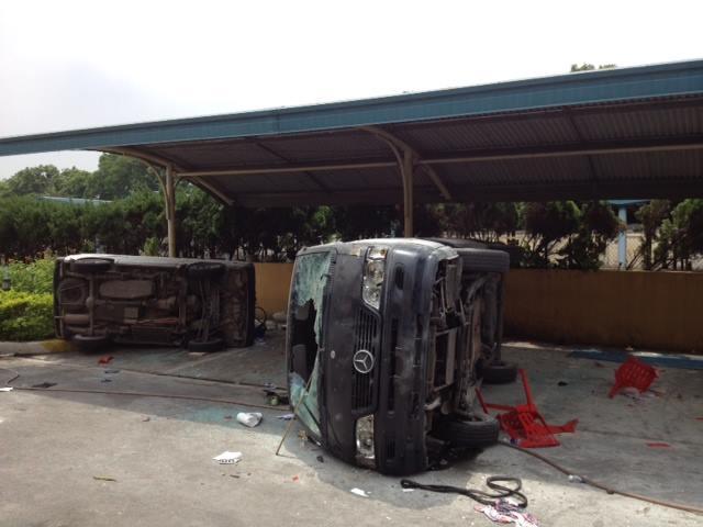 Xe của công ty Chutex bị lật, đập nát.