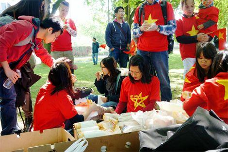 Du học sinh chuẩn bị đồ ăn và nước uống phục vụ đoàn biểu tình.