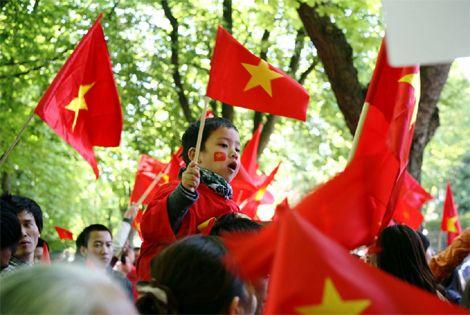 Những gương mặt trẻ thơ trong đoàn biểu tình. Các cháu xứng đáng được sống trong một thế giới hòa bình.