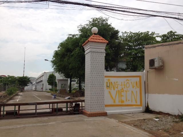 """""""Ủng hộ Việt Nam"""" sau khi cánh cổng bị đoàn người quá khích lật đổ."""