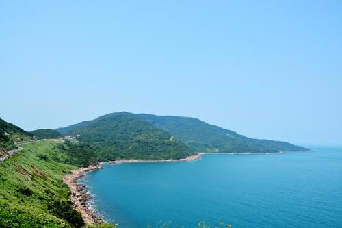 Con đường tuyệt đẹp bám đường cong ven biển lên đỉnh Sơn Trà