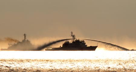 Tàu Trung Quốc và tàu Việt Nam giẳng co trên vùng biển có giàn khoan đặt trái phép
