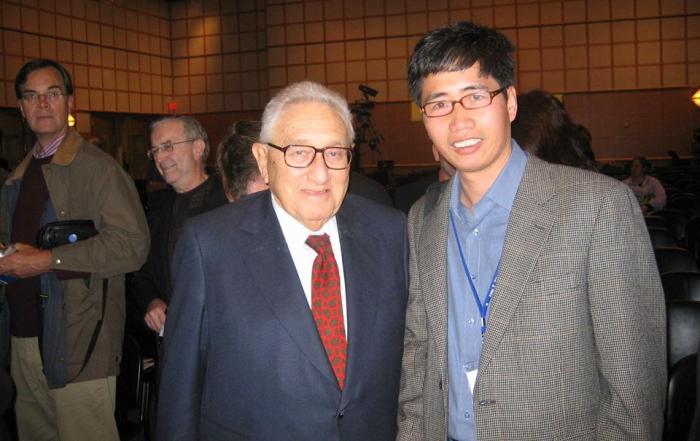 """Thomas Bass: """"Nếu cậu là người Mỹ thì có thể lồng kính bức ảnh này treo ở văn phòng"""" - Huy Đức với Kissinger - chính khách Mỹ bị ghét nhất trong thế kỷ 20 - tại Hội thảo Việt Nam and the Presidency, 10-3-2006. - See more at: http://www.haydanhthoigian.info/2014/05/kissinger-va-hoang-sa.html#sthash.sCDwNKYC.dpuf"""