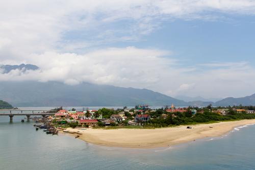 Biển xanh, sóng nhẹ và những ngày nắng ấm trên một trong những vịnh biển đẹp nhất Việt Nam.