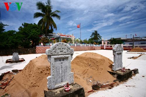 Mộ gió lính Hoàng Sa trước Âm Linh tự của đảo