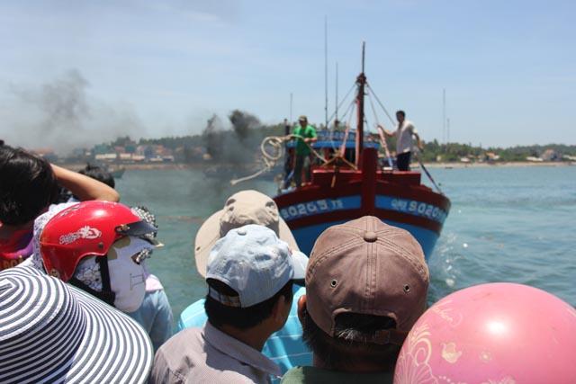 Chiếc tàu cá đang mở hết tốc lực để đưa ngư dân bị nạn về đất liền