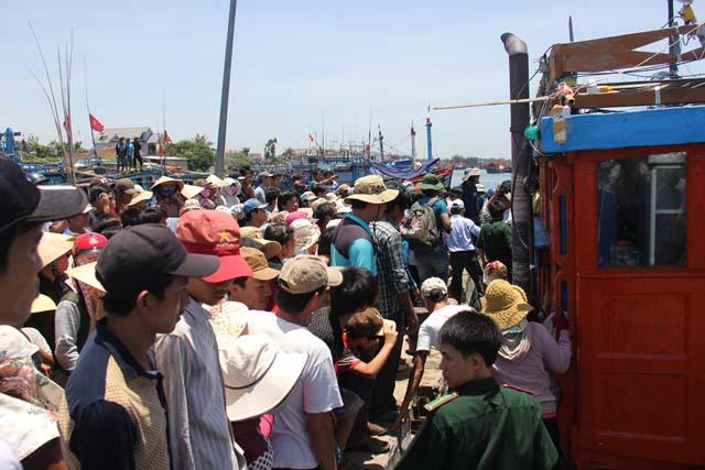 Hàng trăm người dân đến tận cảng để thăm hỏi