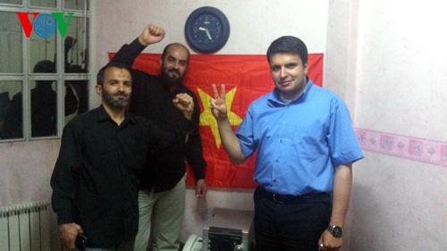 Các nhà báo Iran treo cờ Việt Nam trong văn phòng của họ. Đây là lá cờ họ xin của bà con người Việt khi họ tác nghiệp ở cuộc biểu tình tại Áo.