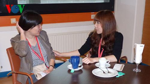 Tác giả trò chuyện với một đồng nghiệp người Trung Quốc