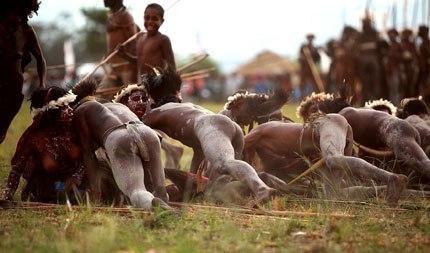 Lễ hội biểu diễn quan hệ nam nữ tự do tại New Guinea.