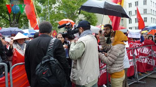 Các nhà báo quốc tế tác nghiệp tại cuộc biểu tình của người Việt tại Áo phản đối Trung Quốc hạ đặt giàn khoan trái phép tại vùng đặc quyền kinh tế của Việt Nam