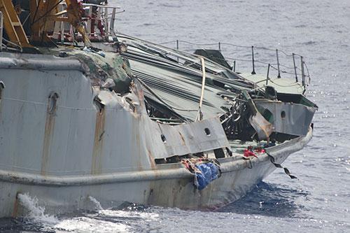 Phần lan can tàu kiểm ngư 951 bị biến dạng