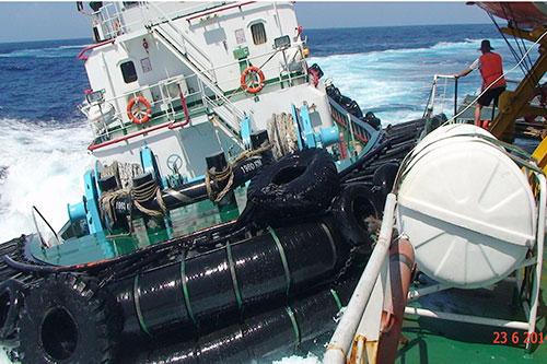 Tàu Hữu Liên 09 chồm tới đâm vào mạn phải, ghìm chặt tàu kiểm ngư 951