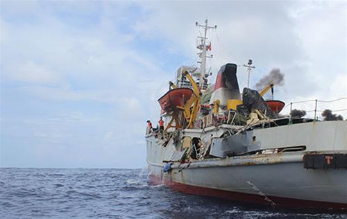 Phần lan can mạn trái tàu kiểm ngư 951 bị đâm sập