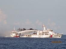 àu TQ dùng vòi rồng tấn công tàu VN ngày 03/05/2014.