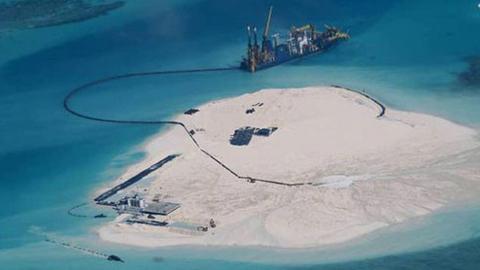TQ bắt tay vào quá trình cải tạo đất để xây dựng đường băng và nhiều công trình quân sự khác trên đảo Gạc Ma từ tháng 2/2014. Đảo Gạc Ma thuộc chủ quyền của VN nhưng TQ đã dùng vũ lực chiếm đóng trái phép năm 1988. Ảnh: Reuters
