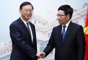 Dương Khiết Trì (trái), Phạm Bình Minh (phải). Nguồn ảnh: AFP.