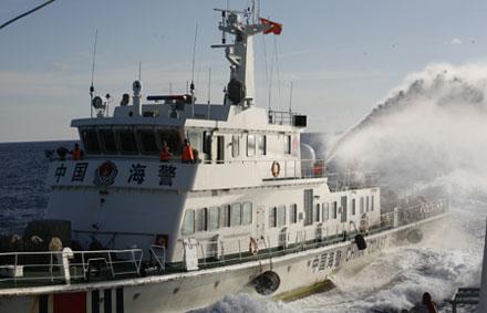 Hình ảnh tàu Trung Quốc hung hăng tấn công, phun vòi rồng, đâm va các tàu chấp pháp của Việt Nam đều được các hãng tin lớn trên thế giới phơi bày.