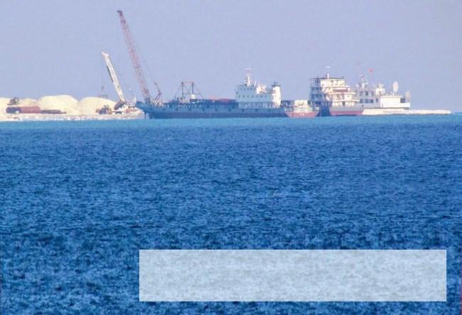 Trung Quốc dùng các trang thiết bị hiện đại để xây dựng trái phép công trình trên đảo Gạc Ma (ảnh chụp ngày 23.4.2014).