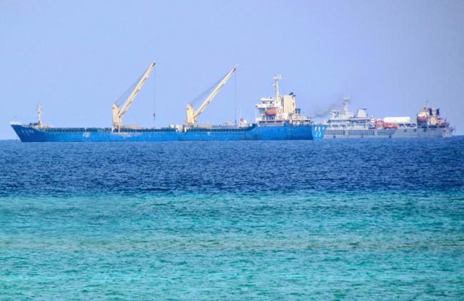 Trung Quốc dùng nhiều tàu lớn chuyển vật liệu xây dựng công trình trái phép tại đảo Gạc Ma (Trường Sa).