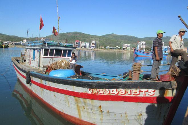 Tàu QNg 94913 cập cảng Sa Huỳnh, 2 ngư dân Trần Xi và Nguyễn Ngọc Quý bước lên bờ.