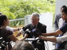 GS Carlyle Thayer trả lời phỏng vấn báo chí.