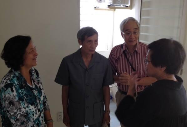 Thiếu tướng Lê Kế Lâm, bà Huỳnh Thị Sinh và hai thành viên Nhịp Cầu Hoàng Sa- Kỹ sư Đỗ Thái Bình và chị Thế Thanh