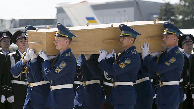 Đội binh danh dự Ukraine trong buổi lễ đưa các thi thể hành khách MH17 trở về Hà Lan từ sân bay Kharkov ngày 23-7 - Ảnh: Reuters