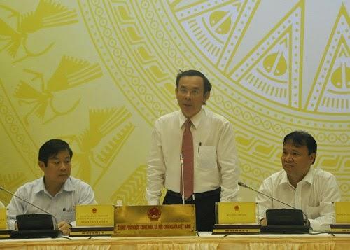 Bộ trưởng Nguyễn Văn Nên ( giữa)
