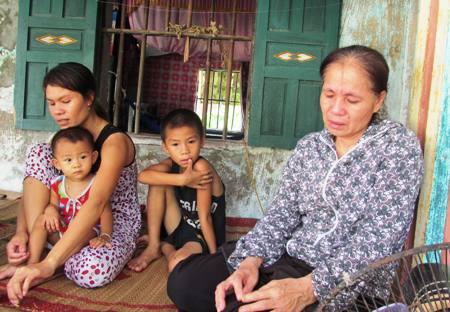 Mẹ và vợ của anh Nguyễn Văn Thành đang mong ngóng các thành viên trên tàu QB 93256 TS sớm trở về quê hương an toàn
