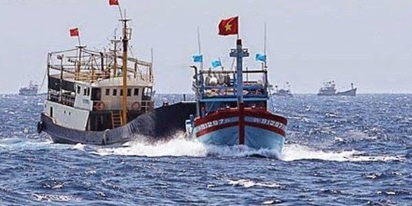 Tàu Trung quốc ngang nhiên đâm chìm một tàu cá Việt Nam trước sự chứng kiến của nhiều ngư dân trên các tàu cá khác ngày 26 tháng 5, 2014.