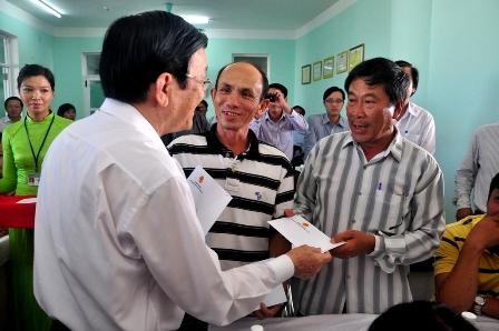 Chủ tịch nước Trương Tấn Sang tặng quà bà con ngư dân Đà Nẵng