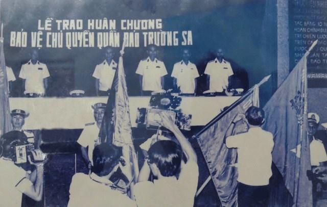 Lễ truy điệu các chiến sĩ hy sinh trong trận chiến Gạc Ma năm 1988 (ảnh trên). Lễ trao Huân chương bảo vệ chủ quyền quần đảo Trường Sa năm 1988. Ảnh tư liệu