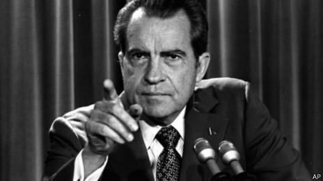 Tổng thống Richard Nixon mất chức sau vụ scandal nổi tiếng Watergate vào 8/1974.