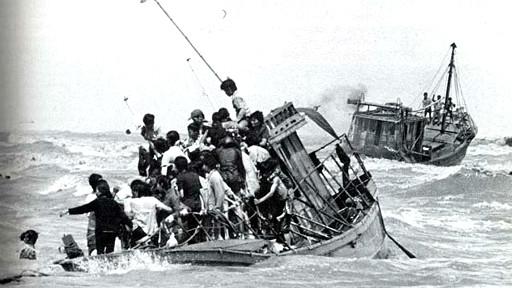 Chẳng bao lâu sau khi Sài Gòn sụp đổ, làn sóng thuyền nhân VN tị nạn bắt đầu bùng nổ trên biển.