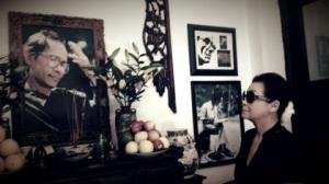 Ảnh bên: Khánh Ly đến thăm nhà Trịnh Công Sơn khi bà về VN biểu diễn.