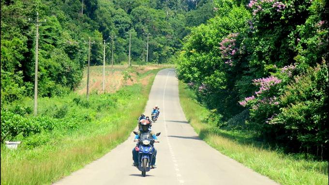Qua khỏi lộ đất đỏ là tỉnh lộ 761 tuyệt đẹp thuộc xã Phú Lý, huyện Vĩnh Cửu, Đồng Nai