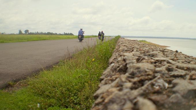 Con đường lộng gió trên bờ hồ Trị An