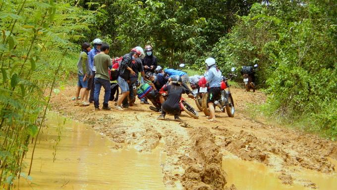 """Con đường """"hành xác"""" trong rừng qua Lý Lịch, Mã Đà (huyện Vĩnh Cửu)"""